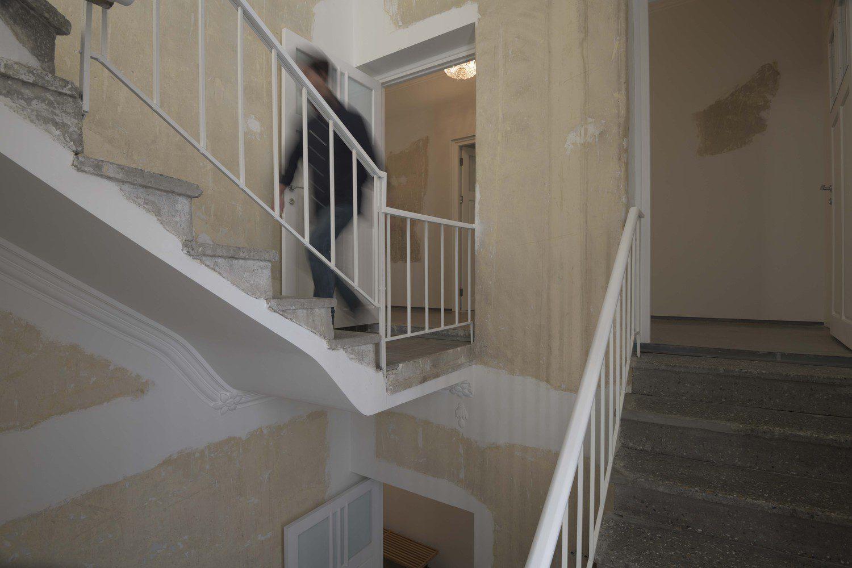 مردی در پله ها